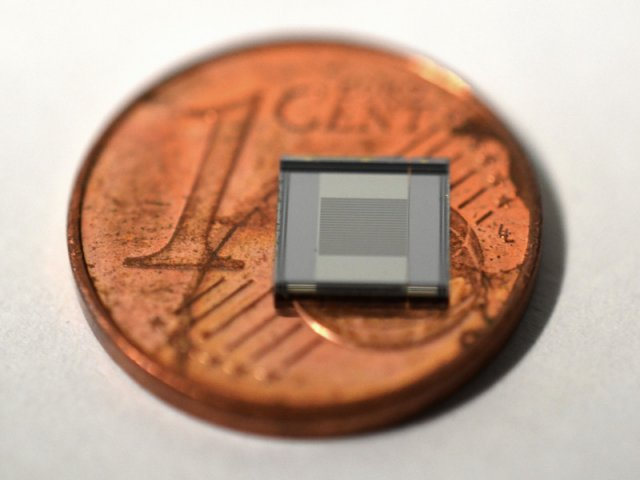 An electric field sensor based on silicon
